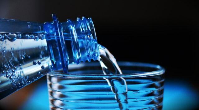 Chi beve acqua minerale? Tutti